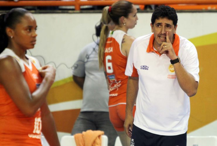 Técnico Luizomar de Moura passa instruções a suas jogadoras na derrota do Osasco por 3 a 0 para a rival Unilever no encerramento da primeira fase da Superliga