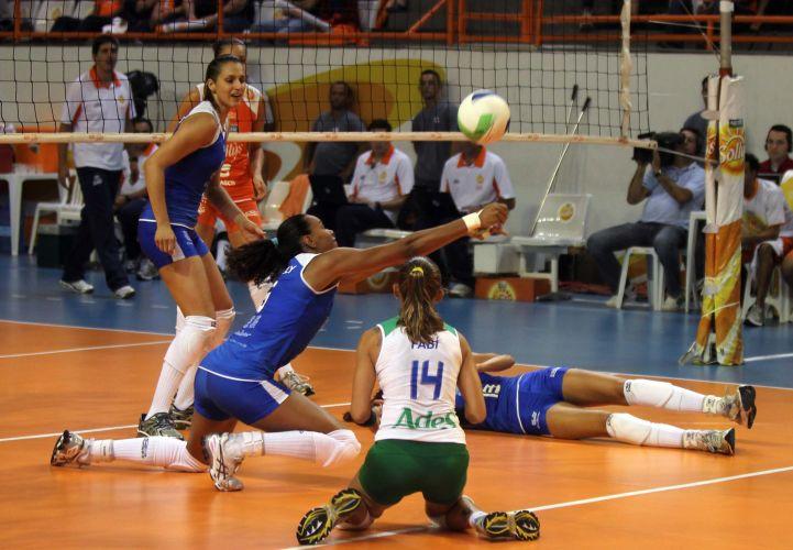 Defesa da Unilever se esforça para evitar ponto do rival Osasco na vitória carioca por 3 a 0 no encerramento da primeira fase da Superliga