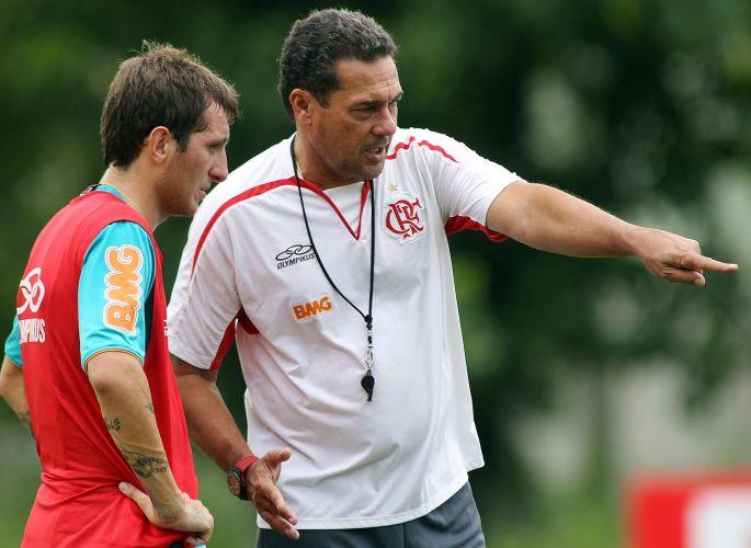 Luxemburgo não poderá contar com Ronaldinho e Thiago Neves contra a Cabofriense, às 16h deste domingo, e definiu Bottinelli e Negueba como substitutos no duelo da quarta rodada da Taça Rio