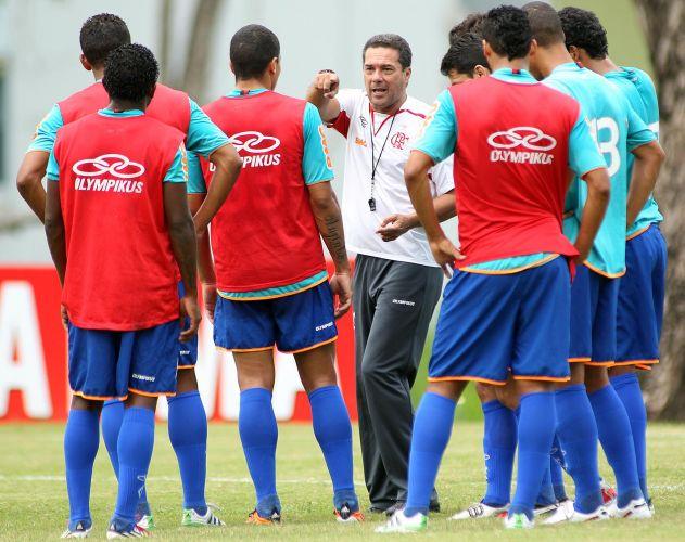 Luxemburgo dá instruções no último treino do Flamengo antes da partida contra a Cabofriense, às 16h deste domingo, em Macaé. Ele não poderá escalar Ronaldinho e Thiago Neves, suspensos