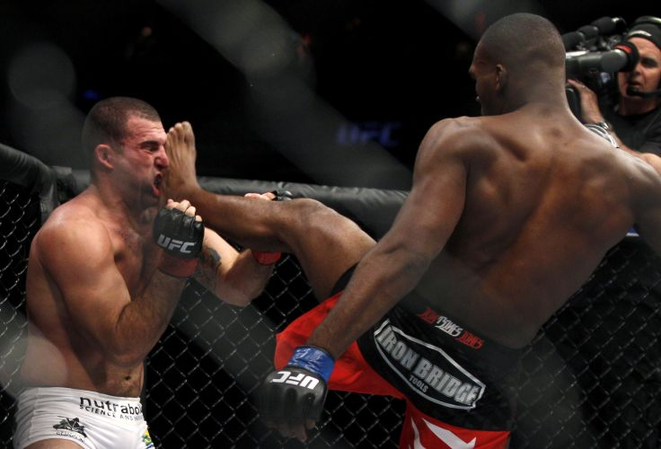 Shogun  atingido em cheio por um chute frontal de Jon Jones; o norte-americano tomou o cinturo dos meio-pesados de Maurcio para se tornar o mais jovem campeo da histria do UFC