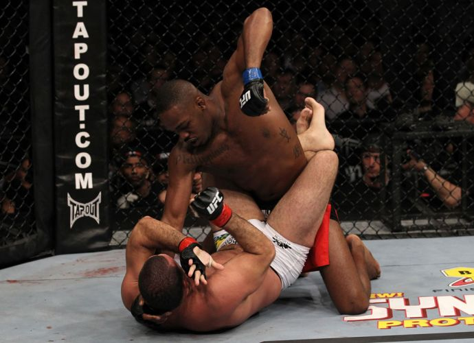 Jon Jones castigou por trs rounds Shogun e dominou o combate em Newark