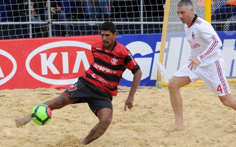 André brilha e Flamengo derrota Milan na estreia por 3 a 2, no Mundialito de futebol de areia