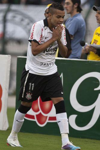 Dentinho lamenta chance perdida contra o Americana. O atacante não foi tão bem, mas viu Liedson fazer 1 a 0 e garantir a vitória do Corinthians no Pacaembu