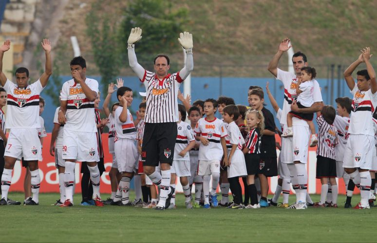 Cercado por crianças, líder São Paulo entra em campo antes da vitória por 1 a 0 sobre o Grêmio Prudente, fora de casa, pela 14ª rodada do Paulistão