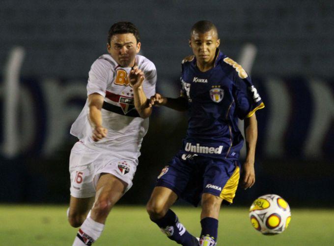 Lateral-esquerdo são-paulino Juan (e) tenta alcançar a bola na vitória tricolor sobre o Grêmio Prudente por 1 a 0 pela 14ª rodada do Paulistão