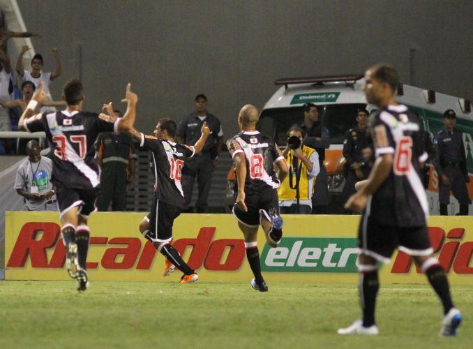 Diego Souza corre para festejar com a torcida seu primeiro gol pelo Vasco justamente no dia de sua estreia. Equipe venceu o Botafogo por 2 a 0 no Engenhão