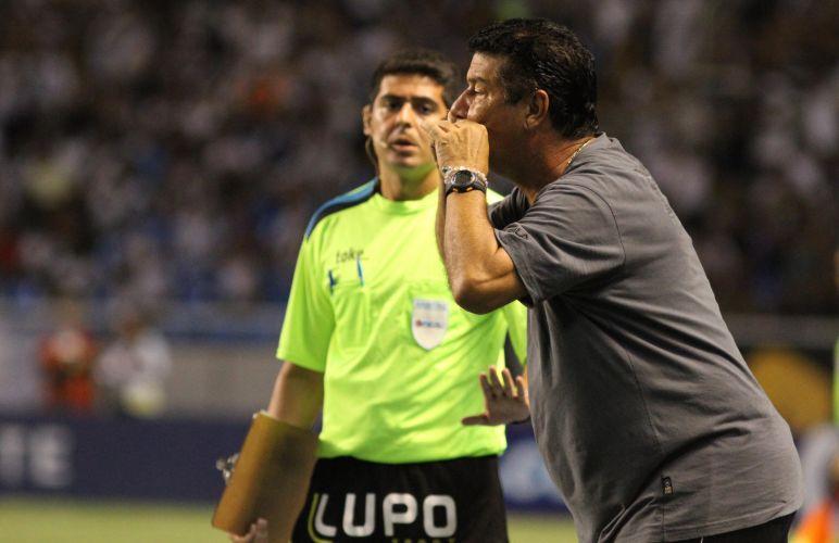Técnico do Botafogo, Joel Santana é expulso pelo árbitro durante a derrota de sua equipe para o Vasco, por 2 a 0, no Engenhão