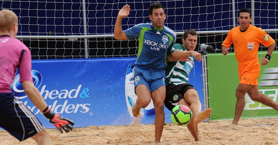 Após duas derrotas no Mundialito, o Seattle Sounders conseguiu sua primeira vitória ao bater o Sporting por 4 a 0. A equipe portuguesa sentiu a ausência de Madjer, que desfalcou a equipe no duelo desta segunda-feira