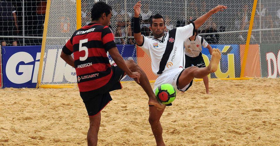 Vasco e Flamengo fizeram um clássico nervoso e acirrado pelo Mundialito de clubes de futebol de areia. Foram duas viradas e 12 gols no tempo normal, que acabou empatado por 6 a 6. Nos pênaltis, Salgueiro defendeu a cobrança de Souza e garantiu a vitória do Vasco por 2 a 1