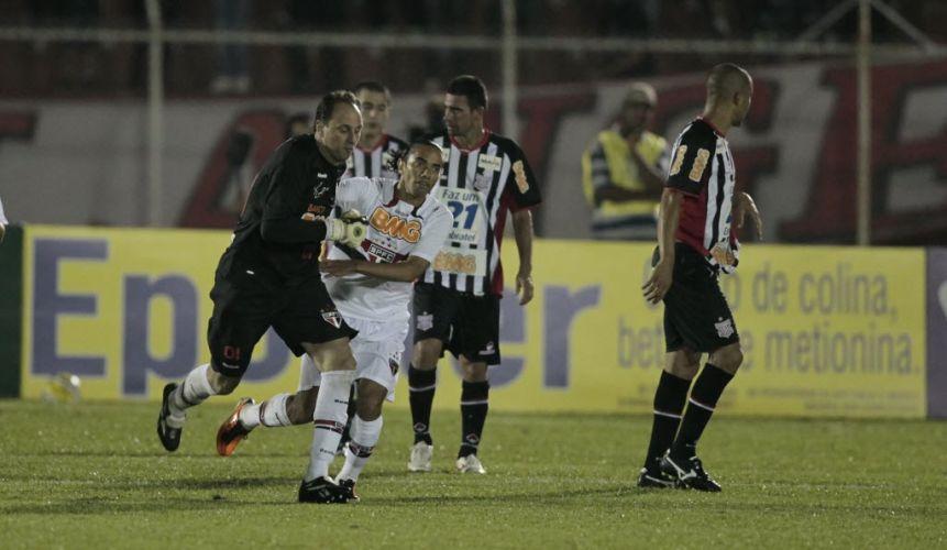 Apesar do desempenho ruim da equipe, Rogério Ceni se aproximou do gol 100 da carreira. De pênalti, ele marcou o gol 99º