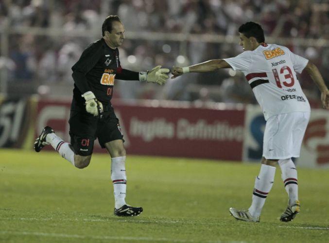 Ceni é cumprimentado por Xandão pelo seu 99º gol na carreira. Ele marcou de pênalti contra o Paulista