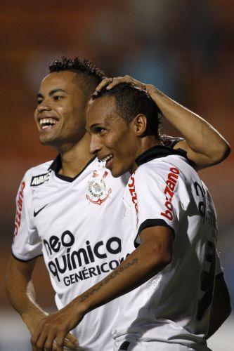 Liedson também deixou sua marca contra o Oeste e igualou Elano na artilharia do Paulistão com dez gols. Ele comemora com Dentinho