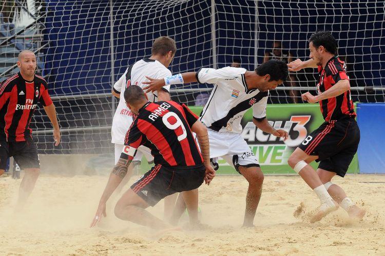 Vasco faz partida equilibrada contra o Milan, mas sofre gol nos minutos finais e acaba derrotado. Equipe brasileira garante classificação com o quarto lugar