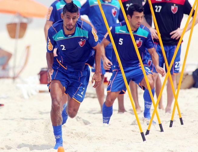 Léo Moura corre na areia em atividade do Flamengo nesta quarta-feira. Equipe treinou na praia da Barra