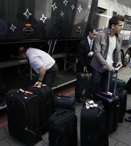 O goleiro Victor, do Grêmio, recolhe suas malas na entrada do hotel Dorchester, em Londres. No próximo domingo, a capital inglesa será palco do amistoso entre Brasil e Escócia.