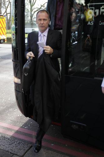 Mano Menezes desce do ônibus da seleção em Londres. O técnico vive um momento decisivo na gestão à frente da seleção brasileira. Após derrotas para França e Argentna, o time terá de superar a Escócia para não criar uma pressão antes da Copa América.