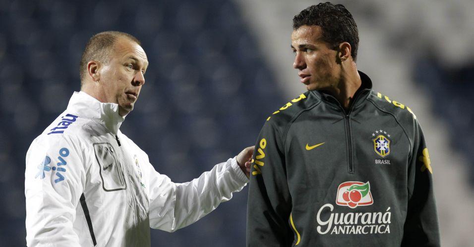 Leandro Damião aproveitou ausência de Nilmar e Pato e ganhou uma chance no time titular em primeiro treino da seleção brasileira