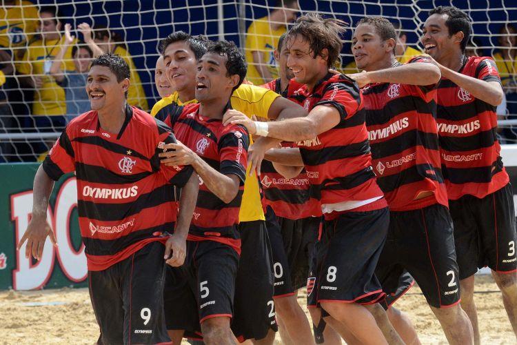Jogadores do Flamengo comemoram a vitória nos pênaltis sobre o Seattle Sounders, classificando-se à semifinal do Mundialito em São Paulo; equipe encara o Vasco, que bateu o Corinthians por 5 a 2