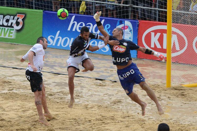 Disputa de bola na área do Corinthians, que perdeu por 5 a 2 e abandonou o Mundliato nas quartas de final; com isso o Vasco avançou e encara o Fla em um clássico carioca