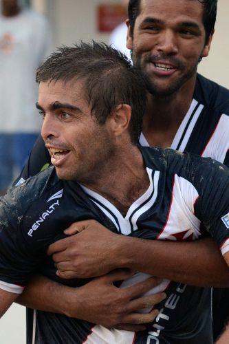 Vascaínos comemoram na vitória contra o Corinthians, que os leva à semi e a um clássico contra o Flamengo