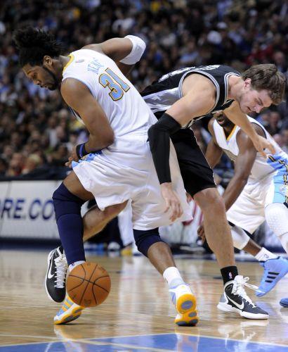 No duelo entre brasileiros, Nenê (e) levou a melhor sobre Tiago Splitter. Em uma partida decidida nos segundos finais, o Denver Nuggets derrotou o San Antonio Spurs por 115 a 112