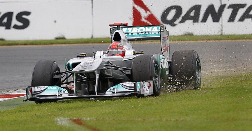 Michael Schumacher escapa da pista durante a primeira sessão de treinos livres para o GP da Austrália