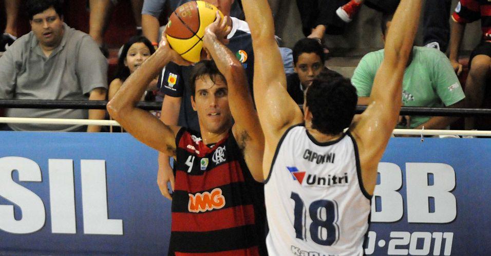 Marcelinho Machado tenta passar pela marcação de Lucas Cipolini durante o jogo entre Flamengo e Uberlândia