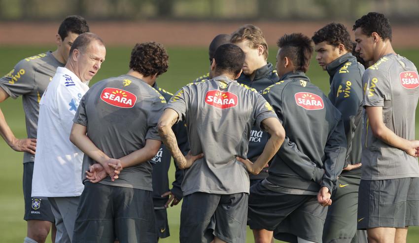 O técnico Mano Menezes conversa com os jogadores da seleção brasileira durante treino nesta sexta-feira no CT do Arsenal. Técnico fez uma mudança na equipe que trabalhou na véspera, com a entrada de Jadson no lugar de Renato Augusto