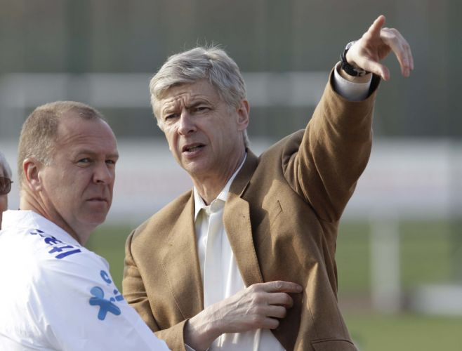 Mano Menezes conversa com Arsène Wenger, treinador do Arsenal. Nesta sexta-feira, a seleção brasileira treinou no CT da equipe inglesa. Mano fez uma mudança em relação à equipe titular na quinta-feira: saiu Renato Augusto, entrou Jadson no meio-campo