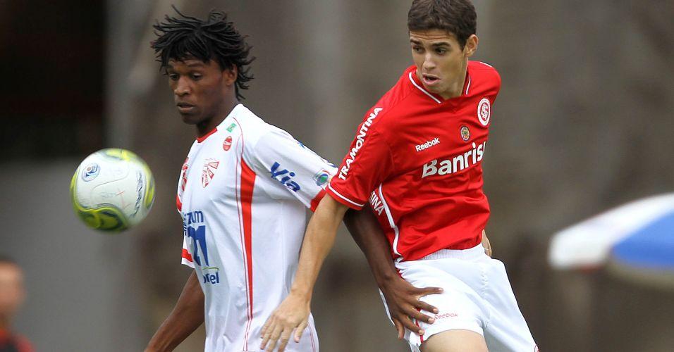 Oscar briga pela bola no duelo entre Internacional e São Luiz no Beira-Rio
