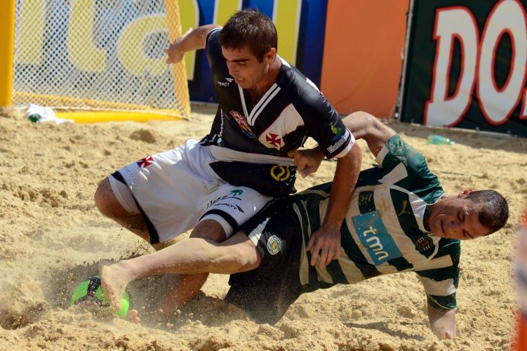 Betinho (e) foi o autor do quarto gol do Vasco, que selou o título da equipe