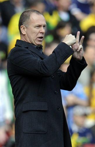 Treinador Mano Menezes faz sinais durante vitória por 2 a 0 da seleção brasileira sobre a Escócia