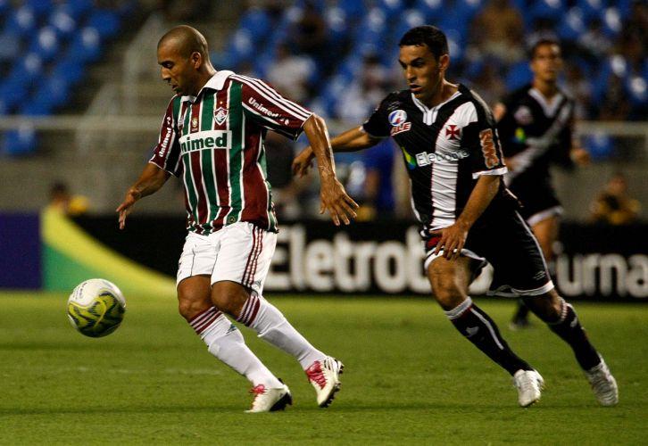 Atacante do Fluminense Emerson (e) tenta escapar da marcação vascaína no clássico que terminou em 0 a 0 no Engenhão