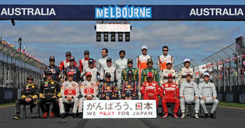 Pilotos homenageiam o Japão na foto oficial da abertura da temporada em Melbourne, na Austrália, com a presença dos 24 competidores de 2011
