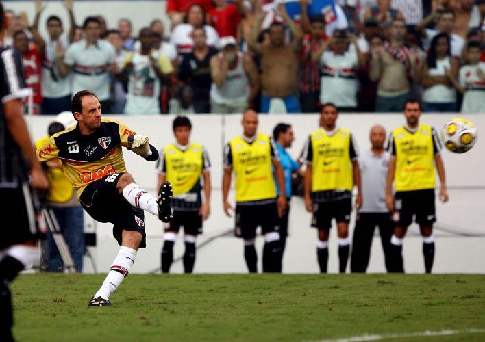 Capitão tricolor Rogério Ceni cobrou falta com perfeição, no ângulo direito da meta corintiana, para anotar o centésimo gol da carreira