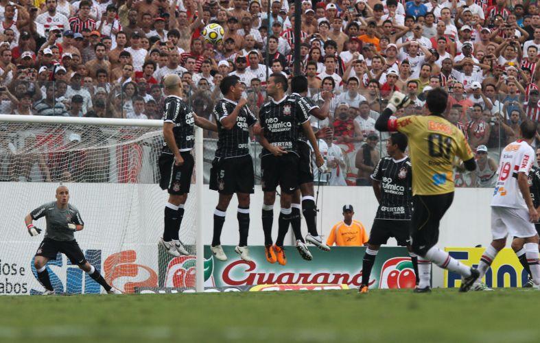 Barreira do Corinthians e o goleiro Júlio César não seguraram a cobrança de Rogério Ceni
