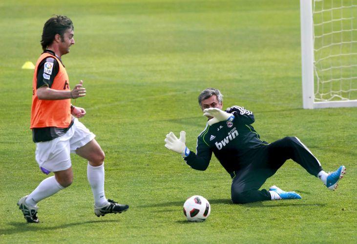 Jornalista tenta alcançar a bola, mas José Mourinho sai do gol para fazer a defesa