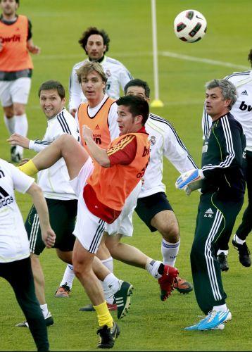 Bate-bola entre jornalistas e comissão técnica dos clubes é popular na Espanha e no Brasil