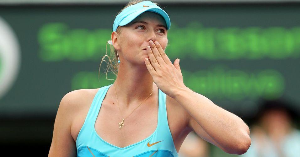 Maria Sharapova manda beijos para os torcedores após derrotar a australiana Samantha Stosur e garantir a volta ao top 10 do ranking feminino