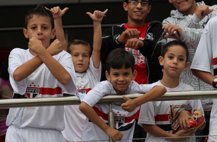Crianças aguardam chegada de Luis Fabiano, que será apresentado com grande festa no Morumbi; em seu retorno após sete anos na Europa, atacante será recebido pela torcida e pelo capitão Rogério Ceni