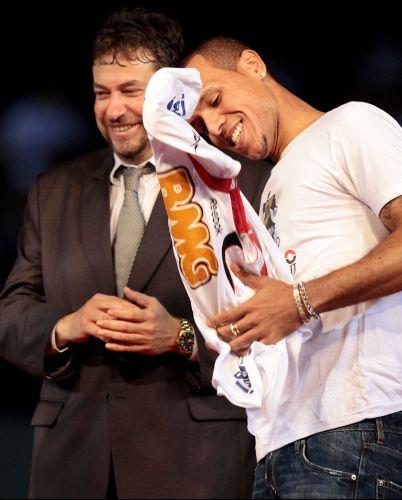 No palco e ao lado de cartolas, Luis Fabiano recebe e veste a camisa 9 do São Paulo na apresentação oficial, que reuniu cerca de 45 mil pessoas - segundo o São Paulo - no Morumbi