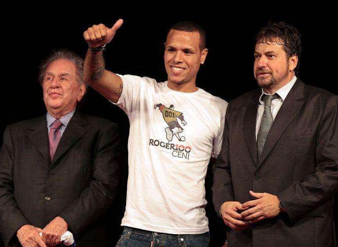 Ao lado do presidente são-paulino Juvenal Juvêncio (e) e do vice-presidente de comunicação e marketing Júlio Casares (d), Luis Fabiano acena para a torcida em sua apresentação oficial no Morumbi