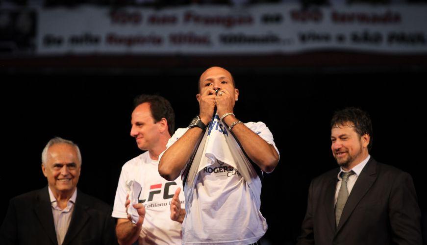De volta ao São Paulo após sete anos na Europa, Luis Fabiano é recepcionado por cerca de 45 mil pessoas - segundo o clube - no Morumbi; atacante beija o símbolo e é muito festejado