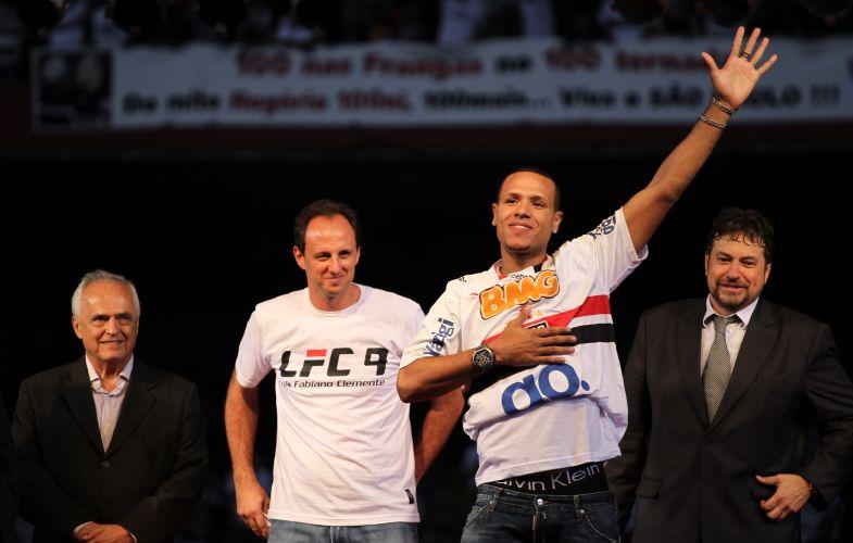 De volta ao São Paulo após sete anos na Europa, Luis Fabiano é recepcionado por cerca de 45 mil pessoas - segundo o clube - no Morumbi