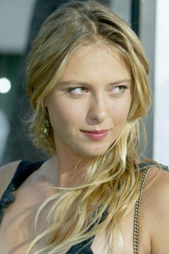 Musa russa mostra intimidade com o mundo das celebridades e faz pose na chegada da pré-estreia do filme Wimbledon.