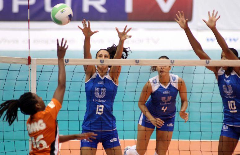 Oposta Sheilla e central Valeskinha tentam compor bloqueio duplo na vitória da Unilever sobre o São Bernardo por 3 a 0; time carioca encerra série melhor de três em 2 a 0 e é o primeiro semifinalista da Superliga feminina