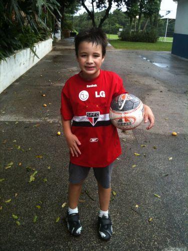 Lucas Oliveira, de apenas oito anos, tem até bola do clube: