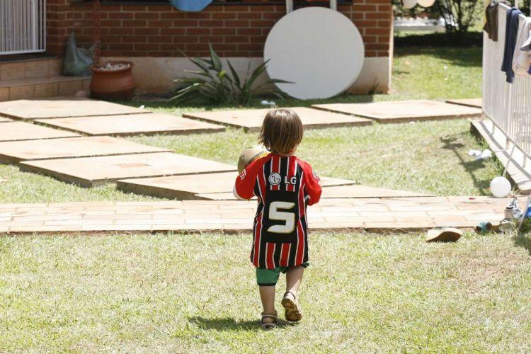 O pequeno Nicolas, de Londrina, passeia com a camisa do São Paulo