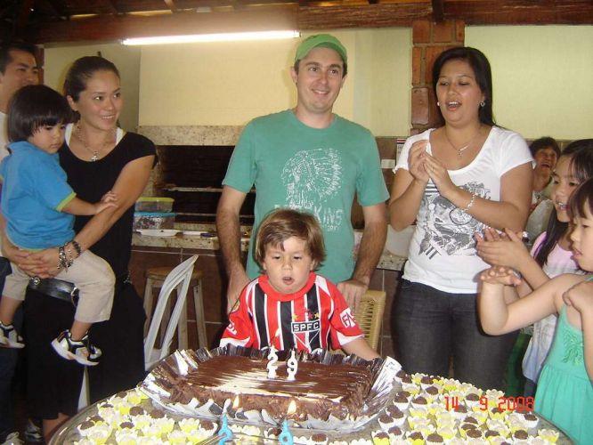 Usando a camisa do São Paulo, Nicolas se prepara para assoprar as velinhas dio bolo